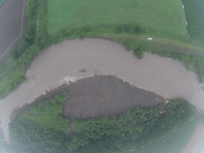 台風により水位が上昇し、築堤が決壊