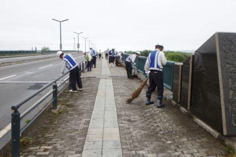 池田大橋の清掃を行いました!